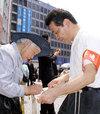 ビラ配り「増税反対」各界連が定例宣伝 「生活できぬ」と署名
